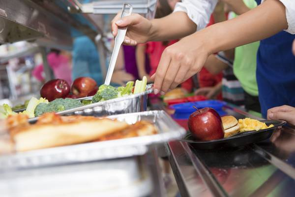 Mense scolastiche, i bimbi mangiano poco