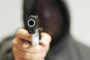 Tabaccaio reagisce: rapinatore in fuga