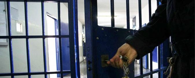 Detenuto manda in ospedale cinque agenti