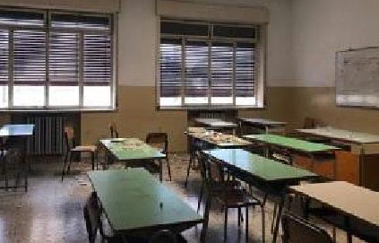 Cade il tetto in classe, ferite due alunne
