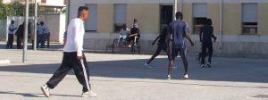Migranti in fuga, ferito un poliziotto