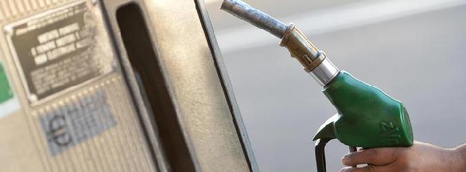 Crolla il prezzo del petrolio, ma il carburante resta carissimo