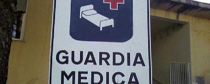 Dottoressa palpeggiata dal paziente