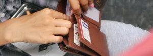 Trova portafoglio con dentro 1.850 euro, disoccupata lo consegna ai carabinieri