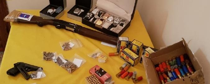 Acireale, in casa armi e orologi rubati