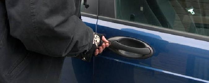 Bloccato mentre tenta di rubare un'auto