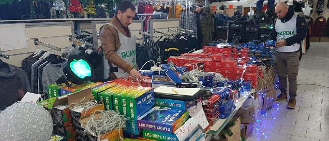 Maxi sequestro nei bazar del falso