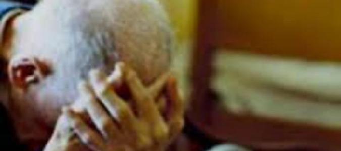 Vessava il padre senza pietà: arrestata