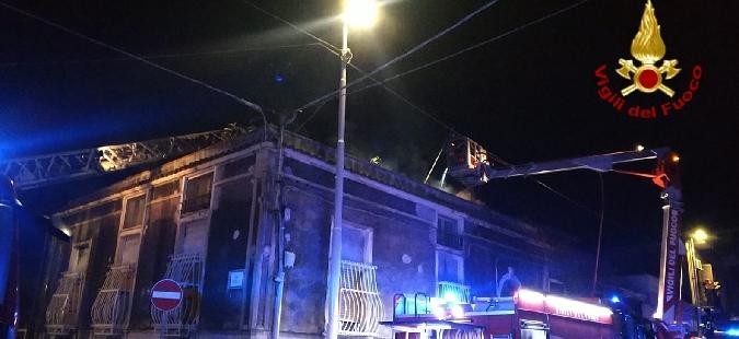 Catania, a fuoco tetto di una palazzina