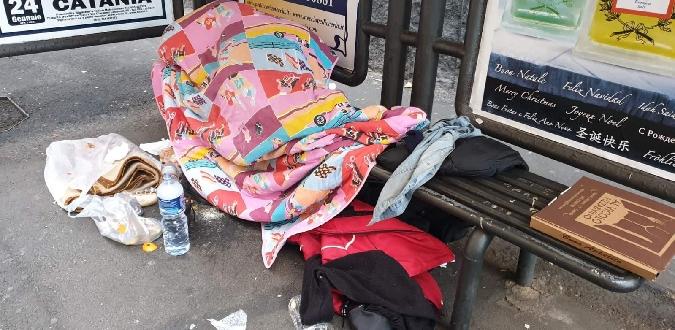 """Catania, polemica per sgombero senzatetto: """"Impedivano l'uso della fermata del bus"""""""