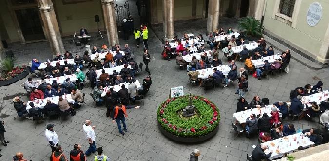A Catania i poveri serviti dai politici