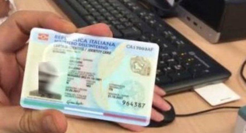 Intascava i soldi delle carte d'identità