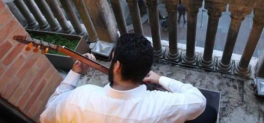 Concerto sui balconi: e il paese si tira su