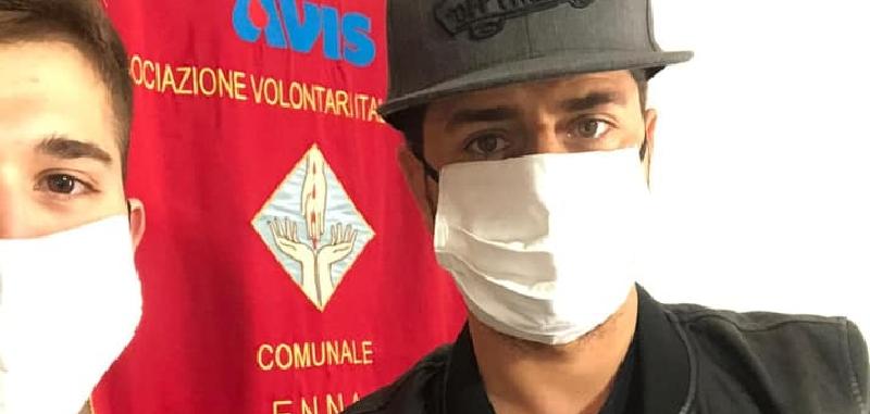 Troina, sarte all'opera per cucire mascherine per i donatori