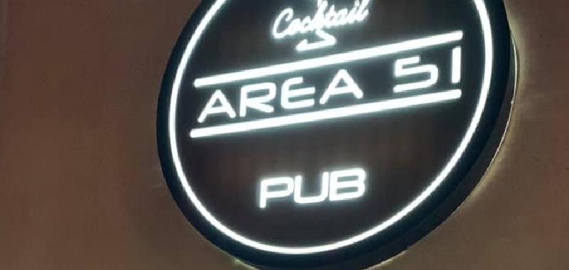 Clienti al bancone con i cocktail: chiuso pub