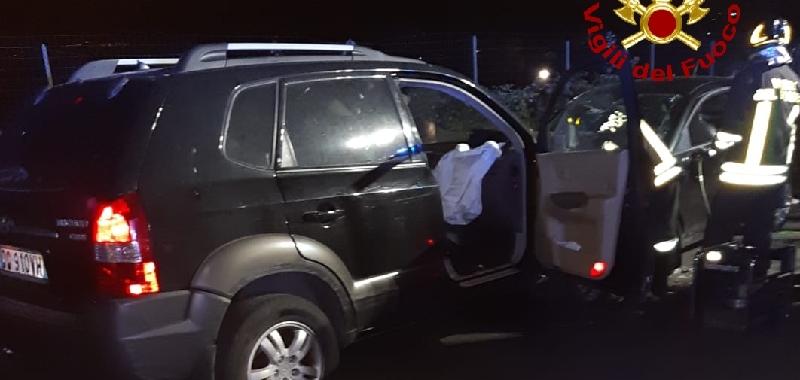 Scontro frontale di notte a Paternò: quattro giovani estratti dalle auto