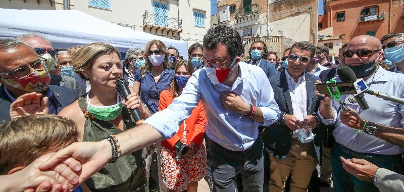 Salvini in Sicilia tra Musumeci, De Luca e la contestazione delle Sardine