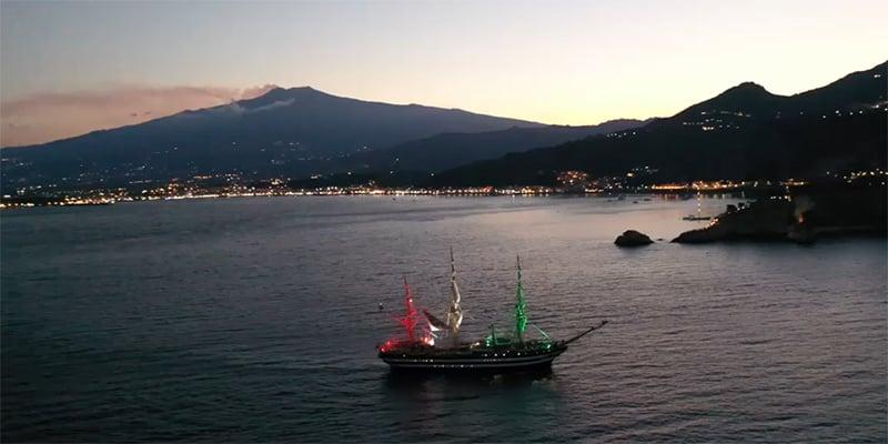 Taormina, l'Etna e il comandante al piano