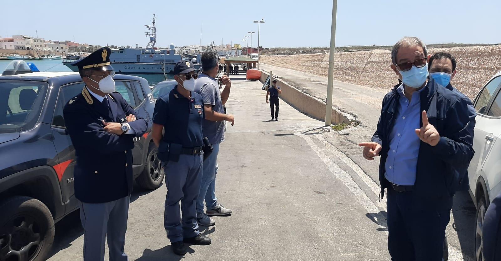 """Migranti, lo stop di Musumeci: """"Chiudo hotspot e centri di accoglienza"""""""