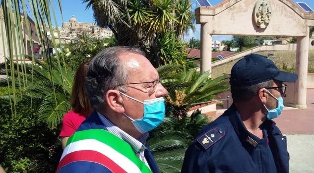 Lampedusa, 17enne positivo nell'hotspot. Siculiana: 50 tunisini scappano dal Cpa