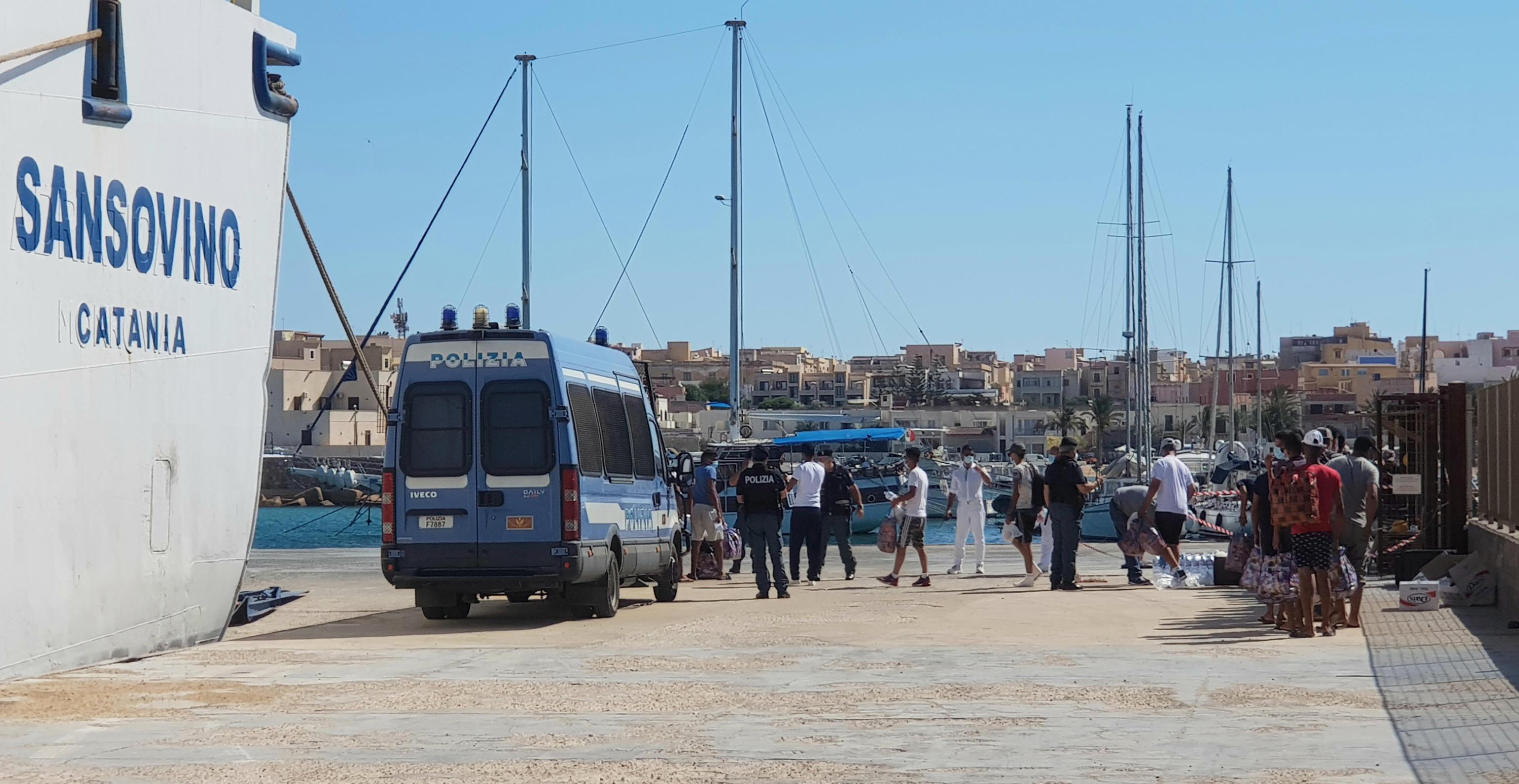 Lampedusa sotto assedio: 8 sbarchi. Migranti in fuga a Porto Empedocle