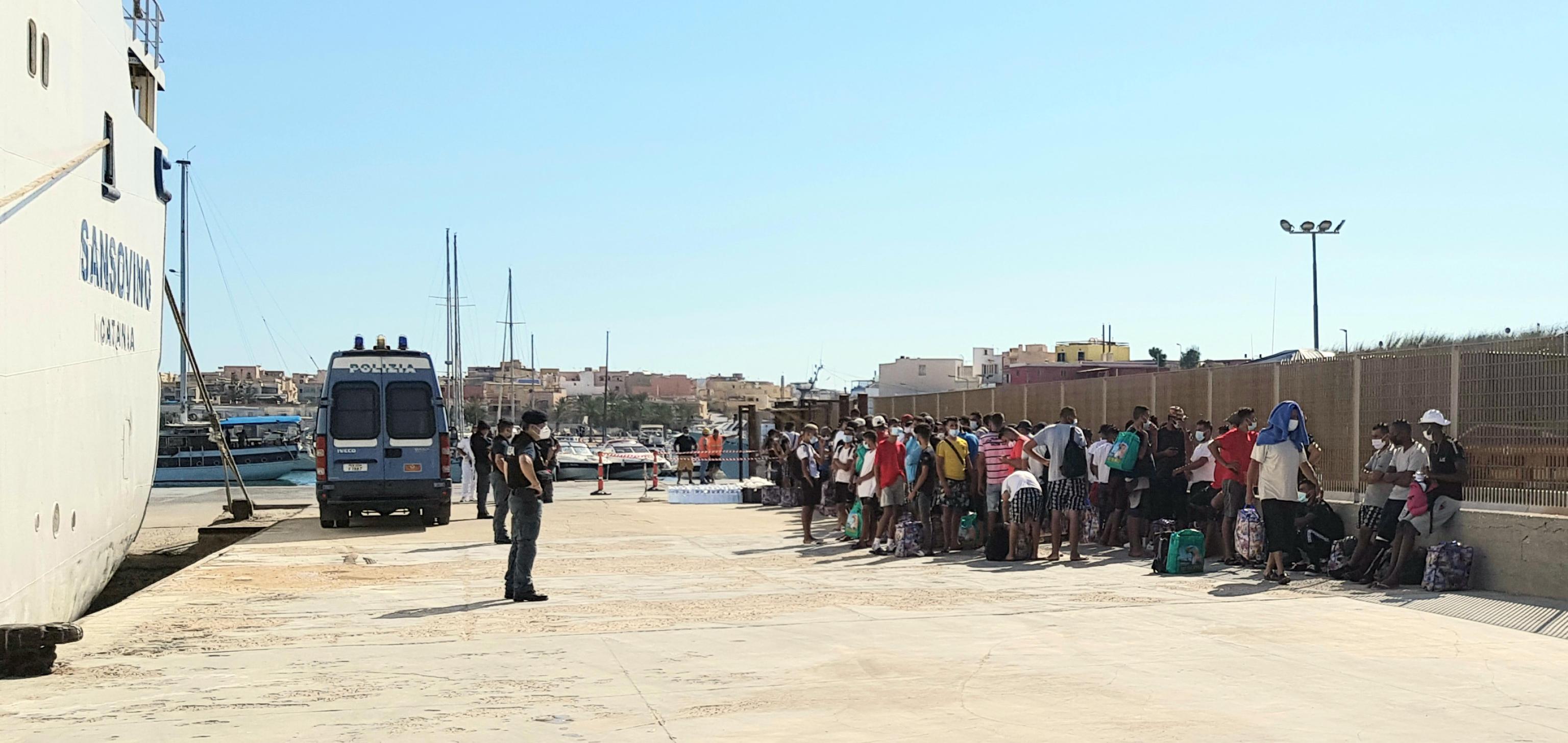 Lampedusa, trasferiti migranti positivi