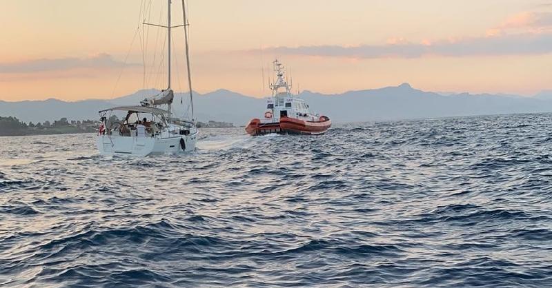 Riposto, soccorsa barca a vela in difficoltà