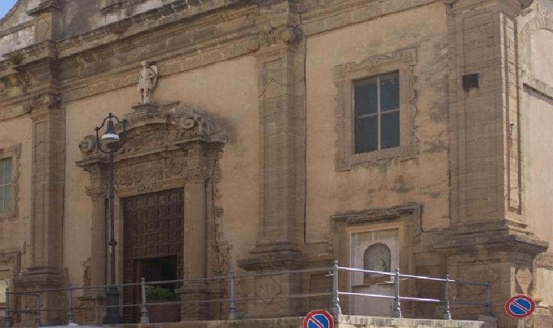 Testa di capra mozzata davanti alla chiesa
