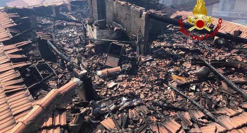 Incendio lambisce case a Motta S. Anastasia