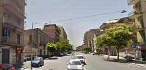 Catania, mezzo nudo picchia la ex