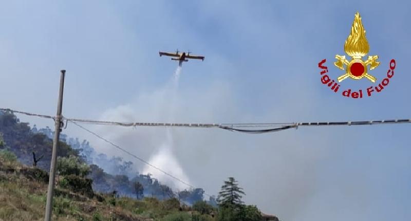 Case e tralicci minacciati dalle fiamme
