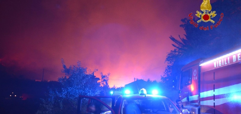 Altofonte brucia, 400 evacuati