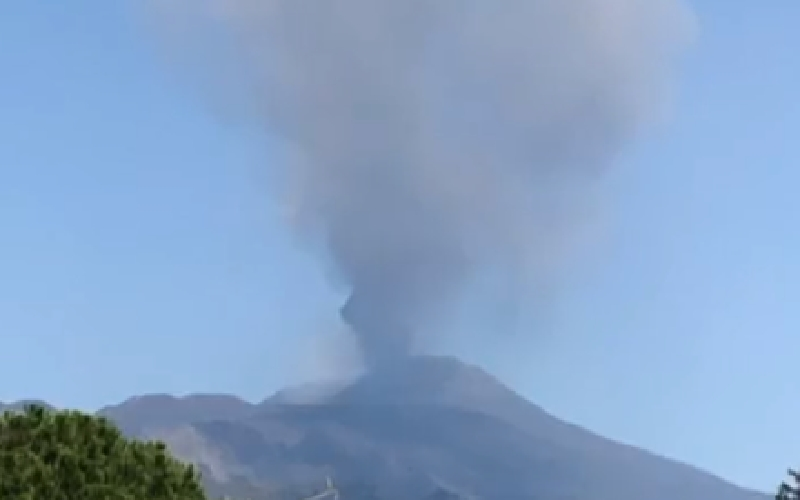 Piove cenere: l'Etna è in fermento