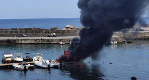 Barche in fiamme a Santa Maria La Scala, ustionate due persone a bordo