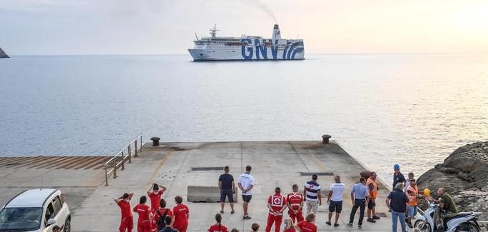 Tamponi per i migranti su nave quarantena