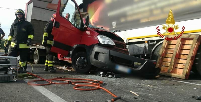 Scontro a Paternò: muore camionista