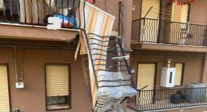 Cede balcone, donna ferita alla testa