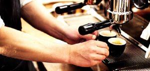 Ruba cellulare a barista che gli fa il caffè