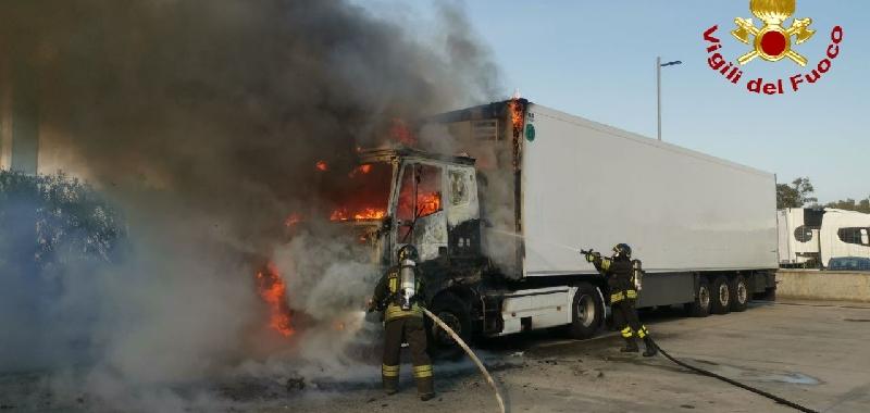 Tir in fiamme alla zona industriale
