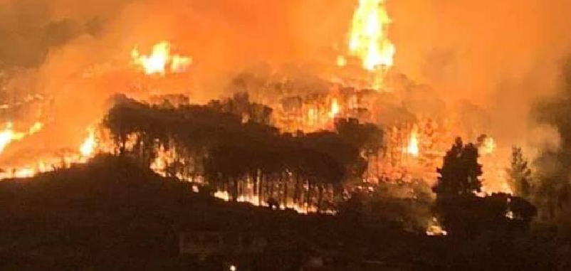 Incendio a Lipari, minacciate le case