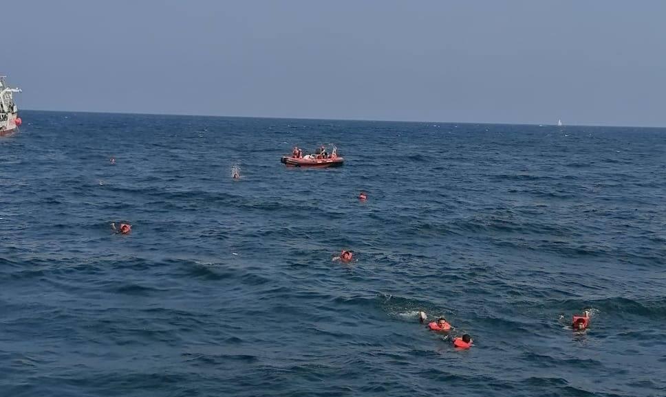 """Open Arms, migranti si buttano in mare. Musumeci: """"Ong solo in Sicilia, una beffa"""""""