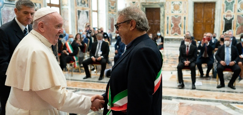 Francesco incontra il sindaco di Lampedusa: 'Chi cerca speranza in mare non può morire'