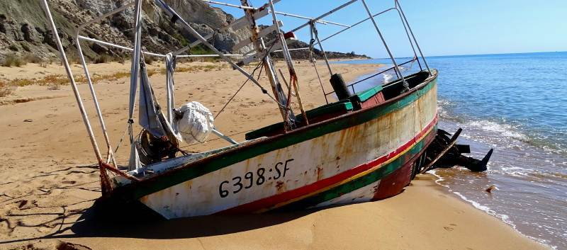 La spiaggia invasa dai relitti dei migranti