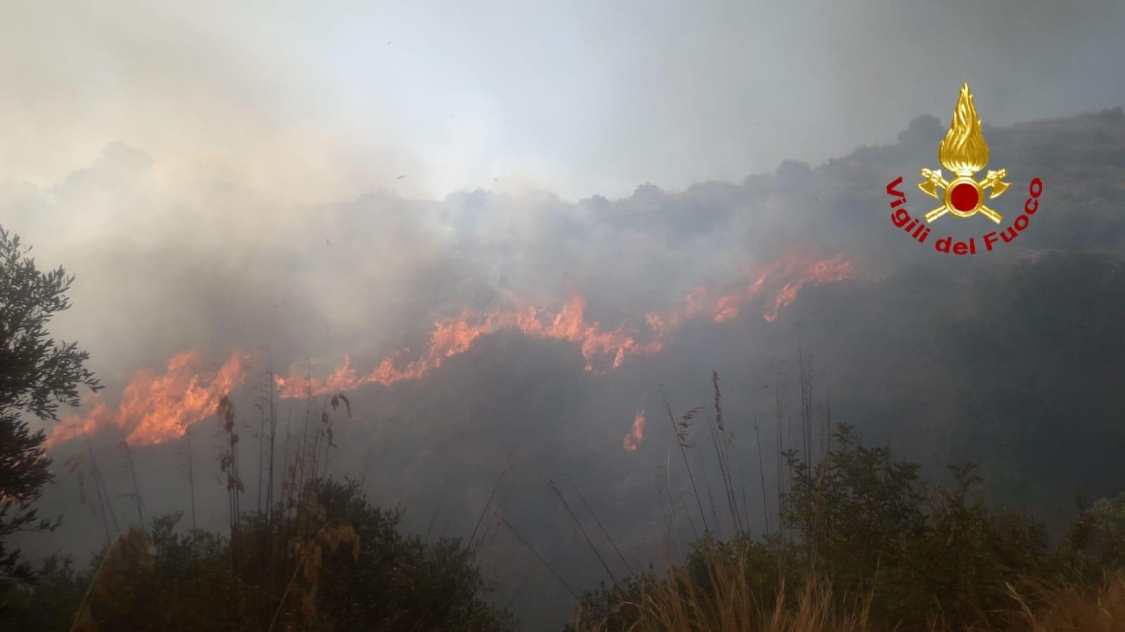 Paura a Noto, pompieri fermano le fiamme