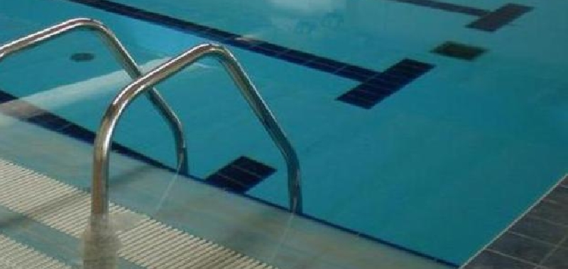 Bimbo cade in piscina, salvato in extremis