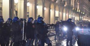 Covid: corteo violento a Milano, guerriglia a Torino
