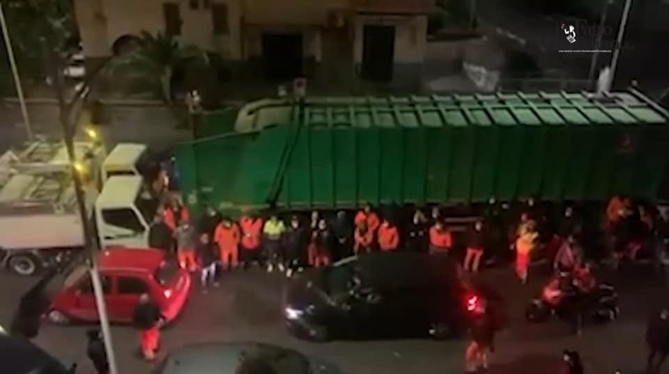 A Catania corteo di netturbini per il defunto: 'Puniremo i responsabili di assembramento'