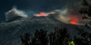 Etna, eruzione al chiarore di luna