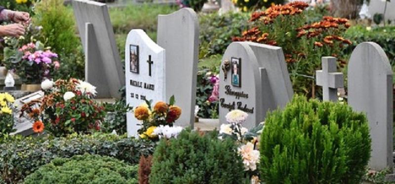 Gela, porta fiori sulla sua futura tomba