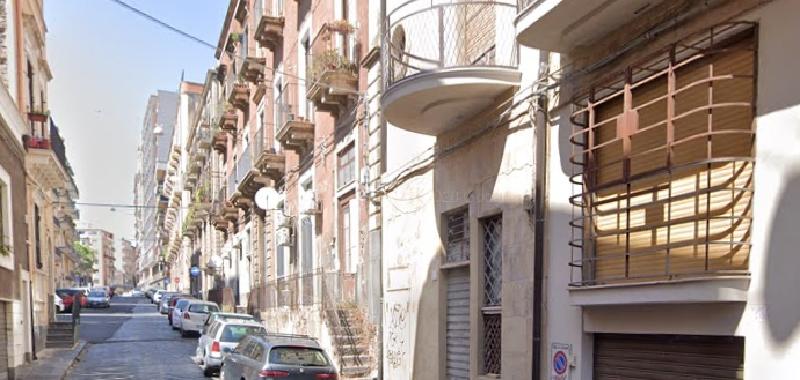 Catania, minaccia passanti con un machete